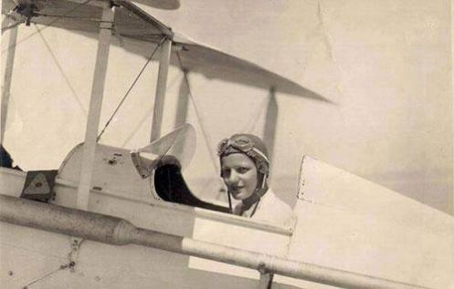 Lotfia ElNadi, pionnière égyptienne de l'aviation, dans son avion