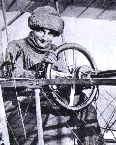La baronne Raymonde de Laroche au volant d'un biplan Voisin - 1910