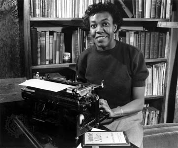 Gwendolyn Brooks devant sa machine à écrire et un exemplaire du livre Annie Allen