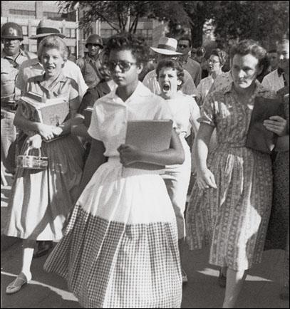 Elizabeth Eckford, poursuivie par une foule haineuse lors de la rentrée des classes