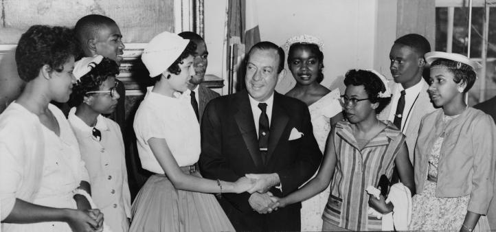 Robert_F._Wagner_with_Little_Rock_students_NYWTS