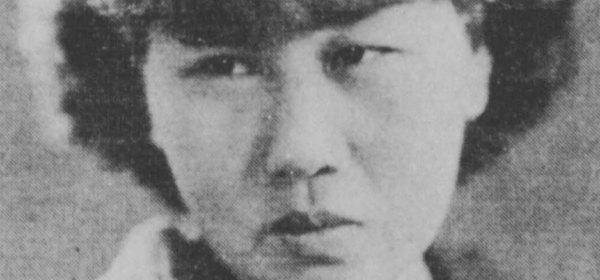 Photographie en noir et blanc de Pan Yuliang. Elle a des cheveux courts, sombres, et une frange.