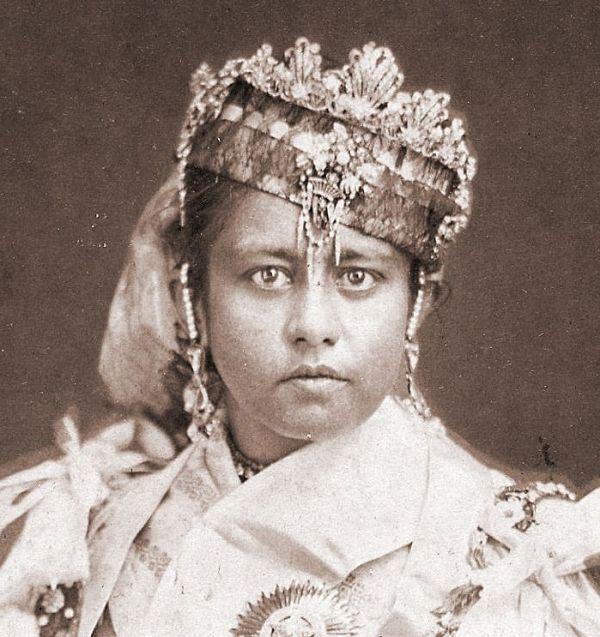 Photographie en noir et blanc de Shah Jahan de Bhopal en habits royaux - juin 1867 - photographie prise par Louis Rousselet