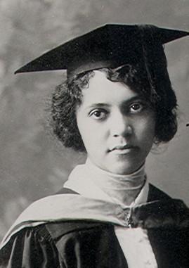 Cette photo montre Alicia Ball en costume et chapeau de diplômée
