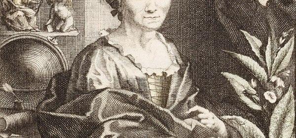 Portrait en noir et blanc de Maria Sibylla Merian. Elle est représentée assise à un bureau, une main posée sur des papers et entourée de plantes, de livres et de dessins de végétaux et de coquillages.