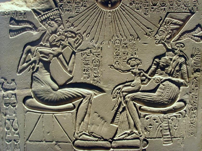 Ce bas-relief représente le pharaon Akhenaton et la grande épouse royale Néfertiti. Ils sont assis et se font face. Akhenaton tient dans ses bras une de leurs filles, Néfertiri en a une sur les genoux et une sur l'épaule.