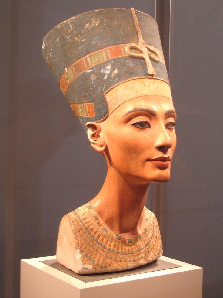 Cette photographie montre une buste de la reine Néfertiti dotée des attributs royaux.