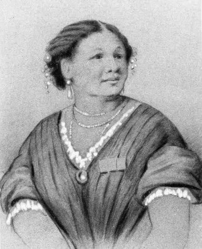 Ce dessin en noir et blanc représente Mary Seacole en buste. Elle porte une chemise à manche courte bordée de dentelles. Ses cheveux sont soigneusement coiffés et elle porte des perles dans sa coiffure, à ses oreilles et à son cou.