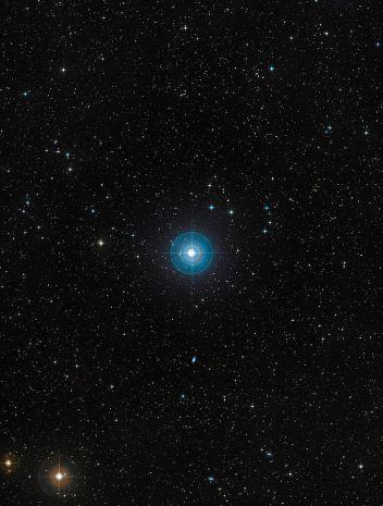 Cette image montre l'étoile Beta Pictoris dans un ciel étoilé