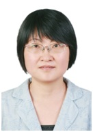 Cette image est une photographie de Yi Xie. Elle porte ses cheveux sombres courts, une veste claire et des lunettes.