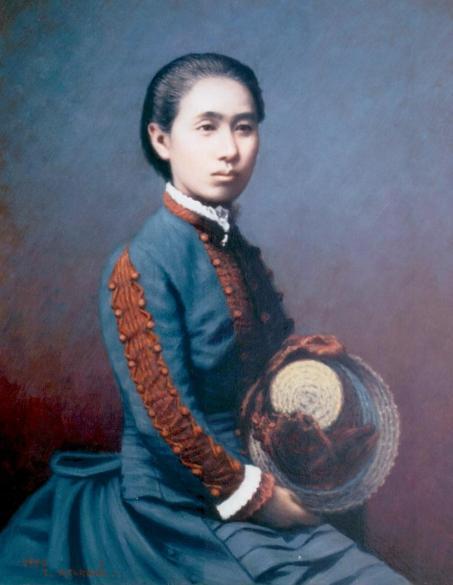 Cette image est un portrait d'Ogino Ginko. Elle porte une robe bleue avec des décorations rouges sur les manches, et tient un chapeau de paille entre les mains. Ses cheveux noirs sont retenus en arrière.