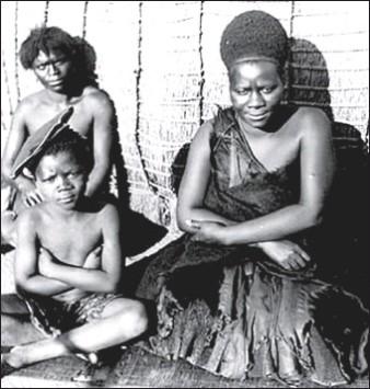 Cette photographie en noir et blanc montre la reine Labotsibeni Mdluli, assise à côté de deux enfants.