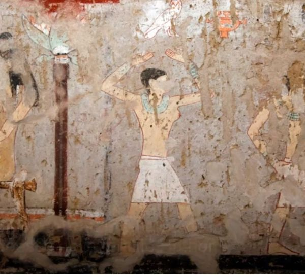 Cette fresque découverte dans le tombeau de la prêtresse d'Hathor Hetpet montre une danseuse aux seins nues.