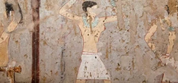 Cette fresque découverte dans le tombeau de la prêtresse d'Hathor Hetpet montre une danseuse aux seins nues.