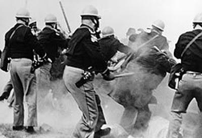 Cette image montre des policiers attaquant des manifestants lors de la première marche de Selma à Montgomery, aussi appelé Bloody Sunday.