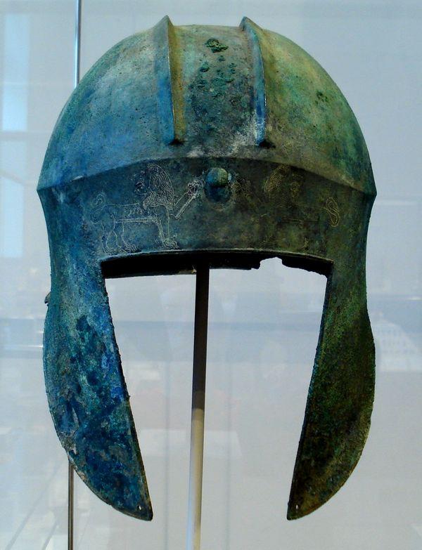 Cette photographie montre un casque illyrien en bronze.