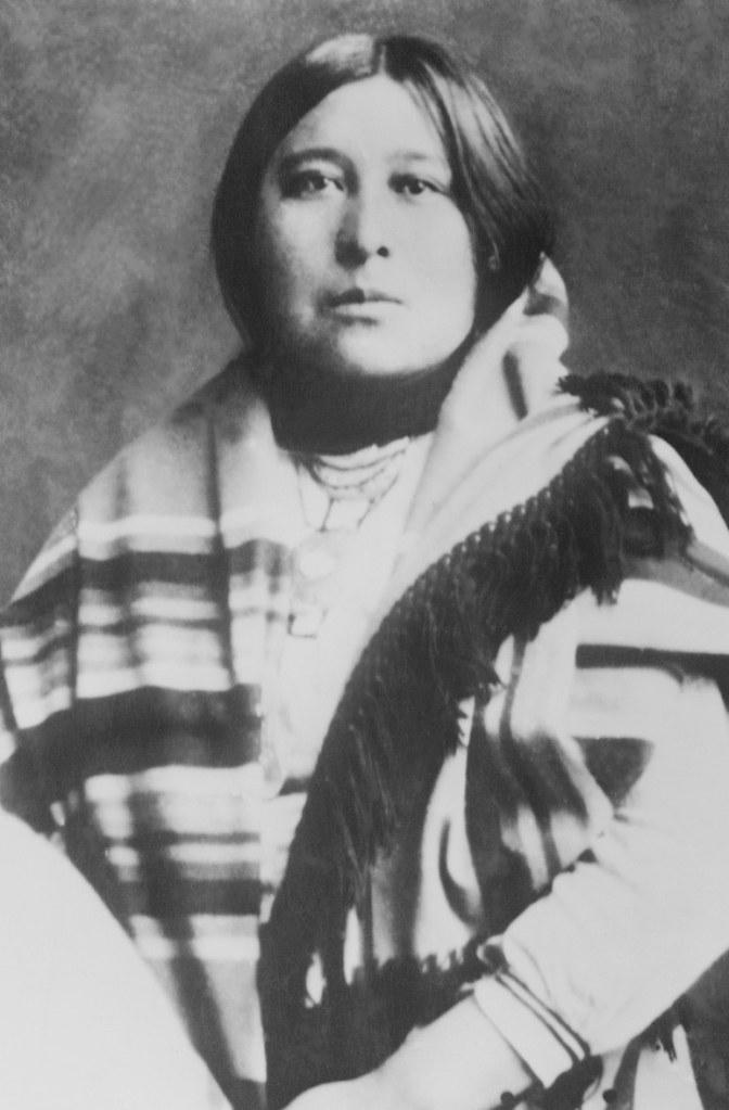 Cette photographie en noir et blanc montre Mollie Kyle Cobb en vêtements traditionnels Osage