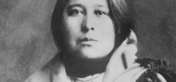 Cette image est un portrait de Mollie Burkhart ou Mollie Kyle Cobb, en habits traditionnels osage