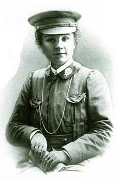 Cette image en noir et blanc montre Nicole Girard-Mangin dans son uniforme militaire créé sur le modèle des uniformes britanniques, avec sa veste et sa casquette.