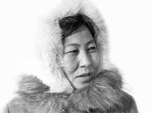 Cette photographie en noir et blanc montre Ogdo Aksënova. Elle porte une capuche de fourrure et regarde vers la droite.