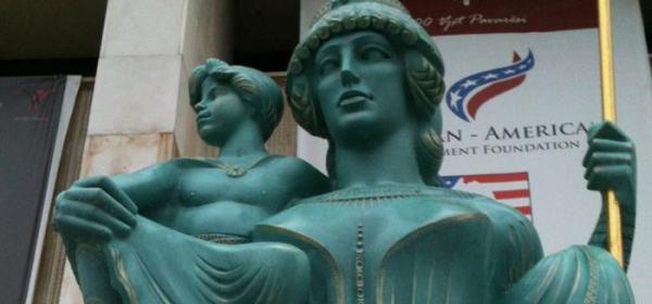 Cette image montre une statue de la reine Teuta, avec un enfant à ses côtés, le fils de son mari pour qui elle assume la régence.
