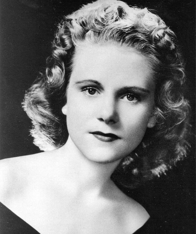 Cette photographie en noir et blanc est un portrait de Viola Liuzzo. Soigneusement coiffée et maquillée, elle porte un décolleté et regarde l'objectif.