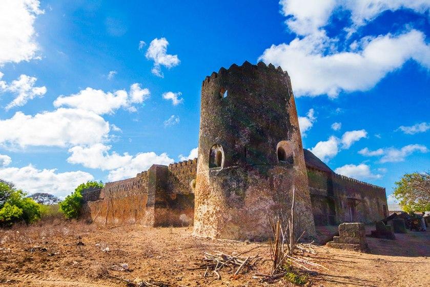 Cette photographie montre Le fort de Siyu sur l'Ile Pate. On y voit au premire plan une tour ronde noircie par le temps, avec des meurtrières.
