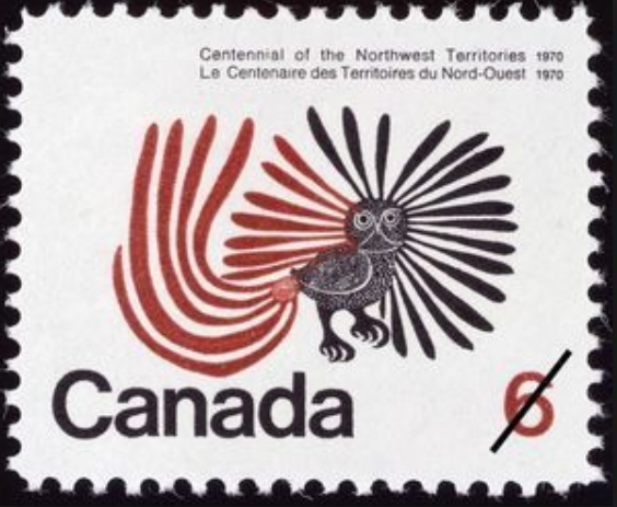 Cette image montre un timbre réalisé pour le centenaire des Territoires du Nord-Ouest canadien, reprenant le dessins The enchanted owl de Kenojuak Ashevak. Le dessin montre un oiseau stylisé de profil, aux très longues plumes rouges et noires.