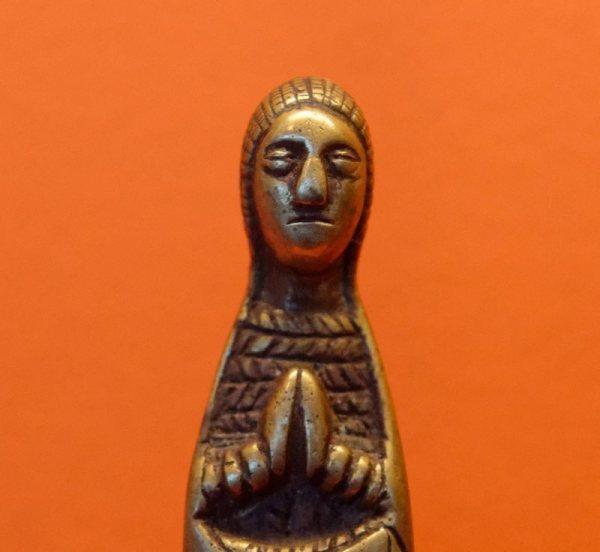 Cette photographie montre un pendentif représentant la Vierge, œuvre d'art de la cultre Kongo (18e siècle).