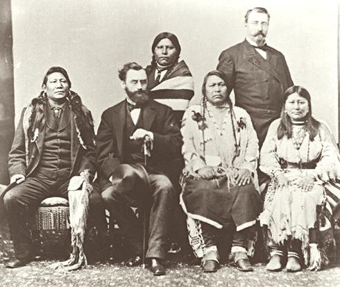 Cette photographie en noir et blanc montre la délégation ute à Washington en 1880. Assis de gauche à droite : le chef ute Ignacio, Carl Shurz, Ouray, Chipeta. Debout : Woretsiz, le général Charles Adams.