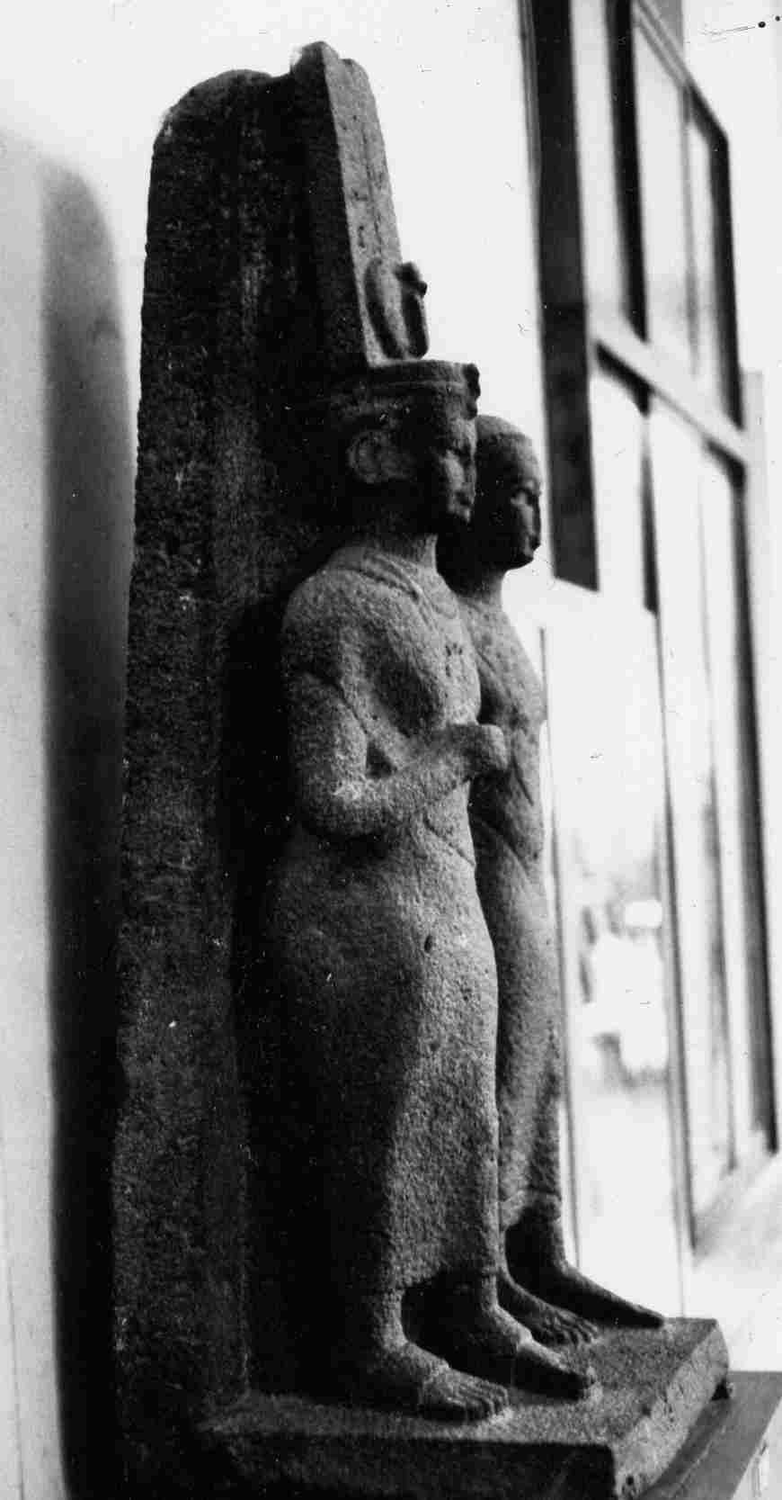 Cette photographie en noir et blanc montre une statue de candace de Méroé