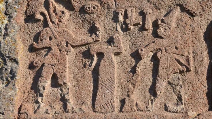 Ce bas-relief montre la reine Puduhepa rendant hommage à la déesse Hepat