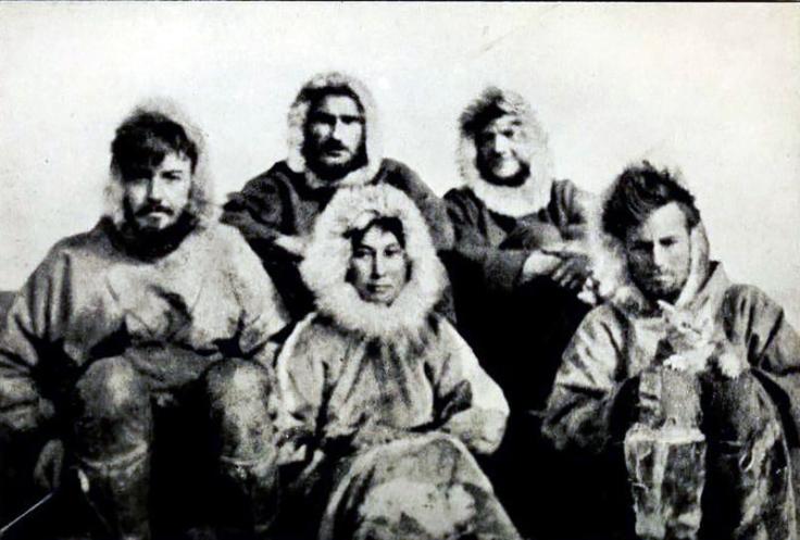 Cette photographie en noir et blanc montre les cinq membres de l'expédition. Ils portent des vêtements chauds et des capuches de fourrure. Ada Blackjack est au centre.