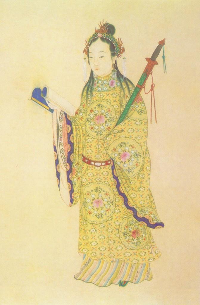 Cette image montre Qin Liangyu. Debout, elle porte une longue tenue chinoise jaune à motif floral et aux manches amples. Elle tient un livre à la main.