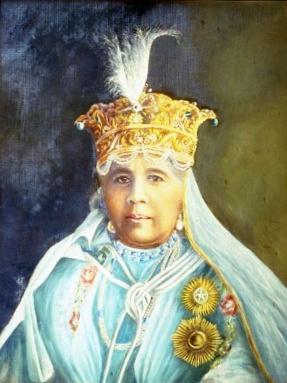 Cette image est un portrait peint sur toile de la souveraine de Bhopal, Sultan Jahan Bégum. Elle porte des habits royaux, une robe bleue, un voile et une couronne riche.