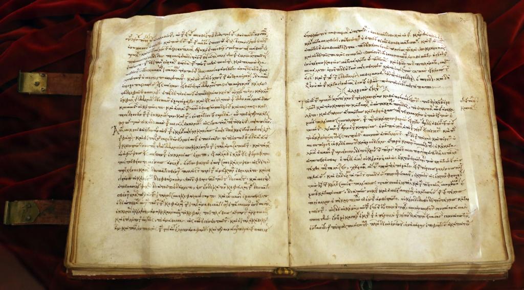 Cette image montre un exemplaire de l'Alexiade ouvert.
