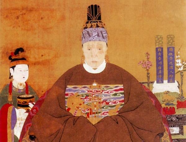 Cette image représente une femme noble de la dynastie Ming, portant des vêtements traditionnels amples, longs et marron, ainsi qu'une coiffe et des boucles d'oreille.