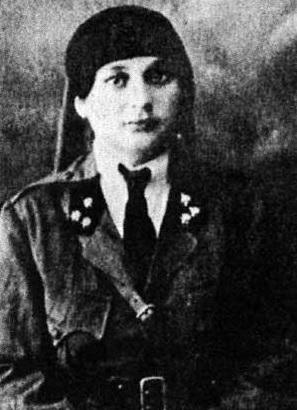Cette image est une photographie en noir et blanc de Naziq al-Abid. Elle est vêtue d'un habit militaire.