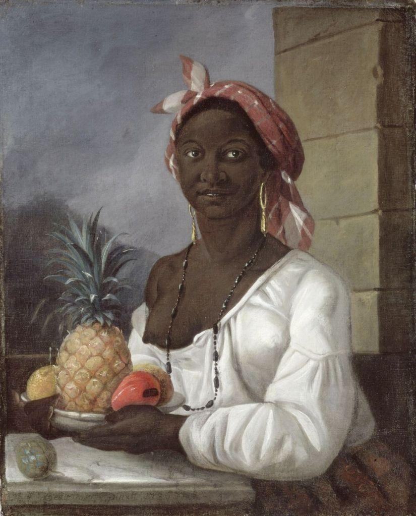 Cette image est un tableau représentant une femme haïtienne noire. Elle est vêtue d'une chemise blanche décolletée et porte un foulard sur la tête ainsi qu'un long collier. Assise, elle tient entre ses mains une assiette remplie de fruits, avec notamment un ananas.