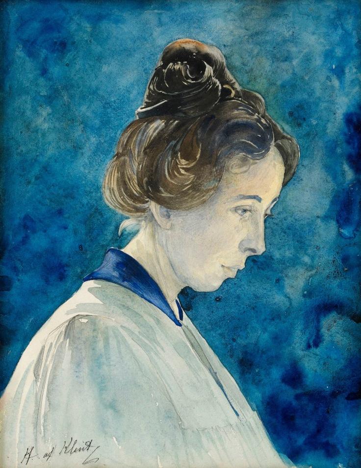Cette image est un autoportrait d'Hilma af Klint. Elle est représentée de profil, vêtue d'un vêtement blanc à col bleu, sur fond bleu. Ses cheveux sont coiffés en chignon. Elle regarde vers le bas d'un air pensif.