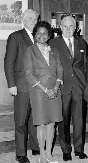 Cette image montre Faith Bandler avecGordon Bryant et le premier ministreHarold Holt. Ils sont les trois debout, en habits formels occidentaux. Faith Bandler est devant.