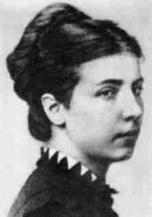 Cette photographie en noir et blanc montre le visage d'Elisabeth Dmitrieff. Elle est coiffée d'un chignon et a le visage tourné vers la droite.