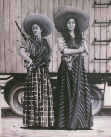 Cette image montre deux soldaderas debout, portant des jupes et des sombreros, et équipées de fusils et de munitions en bandoulière